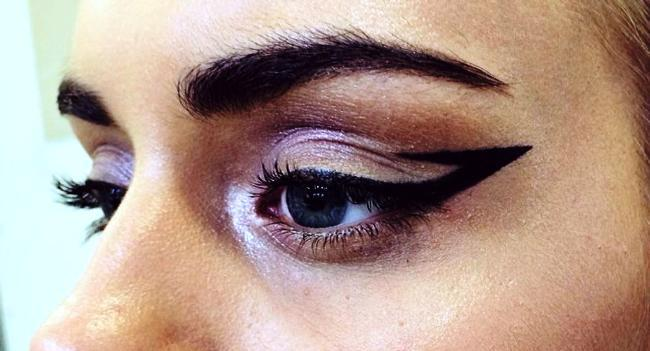 01GraphicEyeLiner