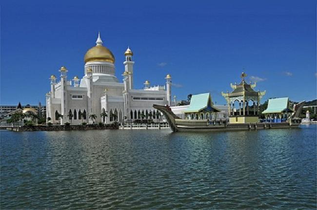 5.  Sultan Omar Ali Saifuddin Mosque – Brunei