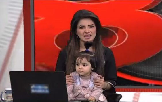 Samaa Anchor Goes On-Air With Daughter To Protest Rape